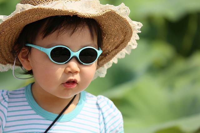 Dítě s kloboučkem a brýlemi