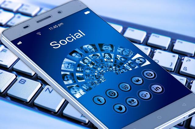 sociální sítě a mobil